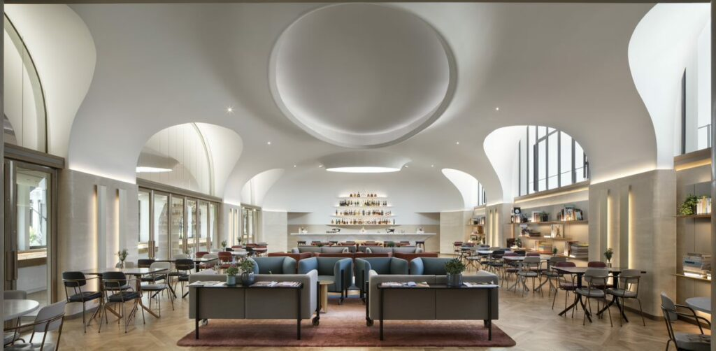 Avec les bureaux de Moët Hennessy, à Paris 7e, livrés récemment, les architectes ont prolongé cette idée que l'architecture et l'architecture d'intérieur sont intrinsèquement liées. © Alessandra Chemollo
